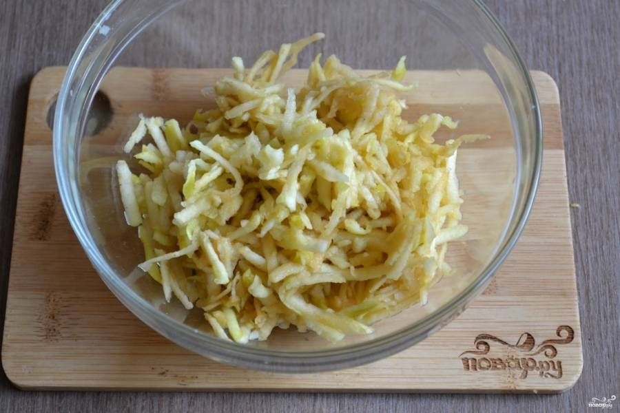 Яблоки натрите на мелкой терке и сбрызните лимонным соком, чтобы они не потемнели.