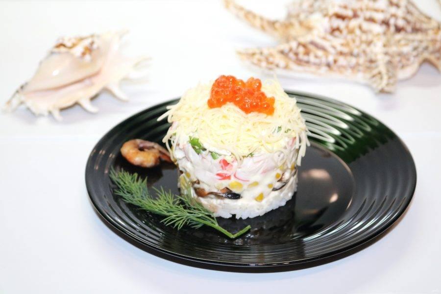 Посыпьте салат тёртым на мелкой терке сыром.