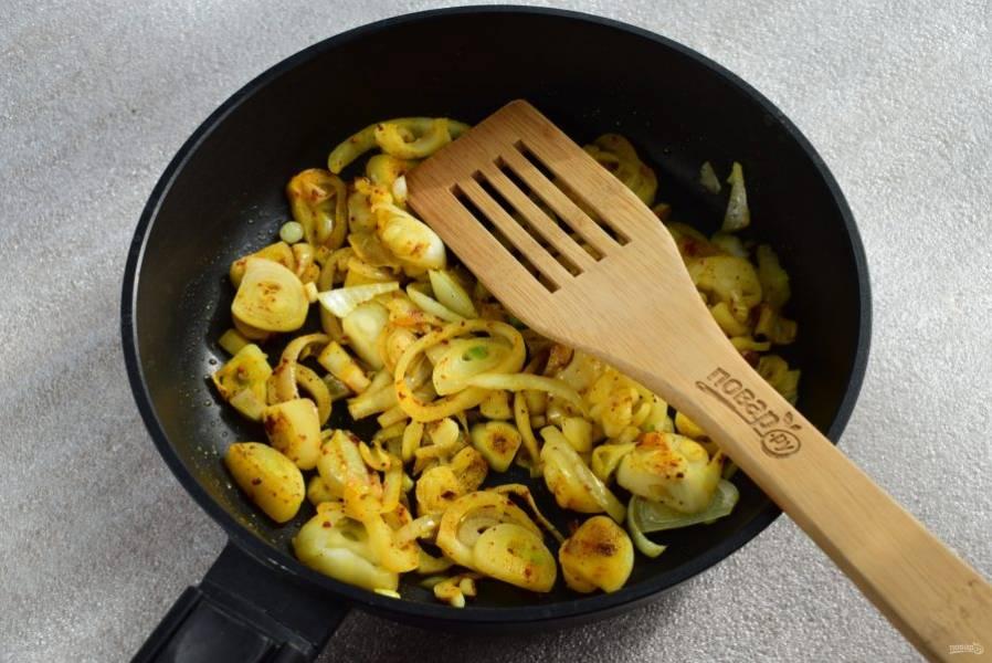 Обжарьте немного на растительном масле, добавьте куркуму, паприку, соль и черный перец по вкусу, перемешайте.