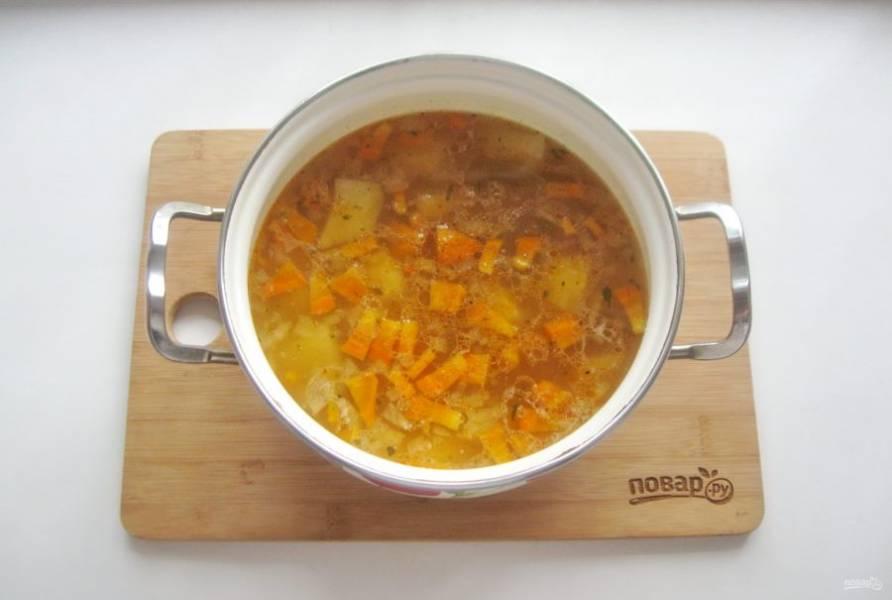 Когда овощи и рис в супе будут готовы, выложите соленые огурцы с томатной пастой. Посолите и поперчите суп по вкусу. Варите еще 5 минут и выключайте.