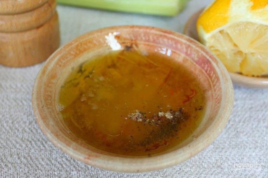 Подготовим заправку. В пиалу наливаем оливковое масло и добавляем сок лимона, соль, перец, все перемешиваем.