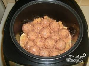 В чашу мультиварки выложить картофель, сверху тефтельки и все залить соусом. Поставить на режим тушение на 1 час.