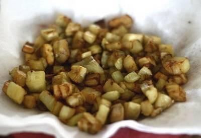 Мякоть баклажана обжариваем на сковородке в небольшом количестве масла.