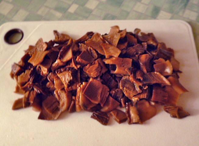 Сушеные грибы замочите на пару часов в теплой воде, затем отварите в течение 30 минут и порежьте.