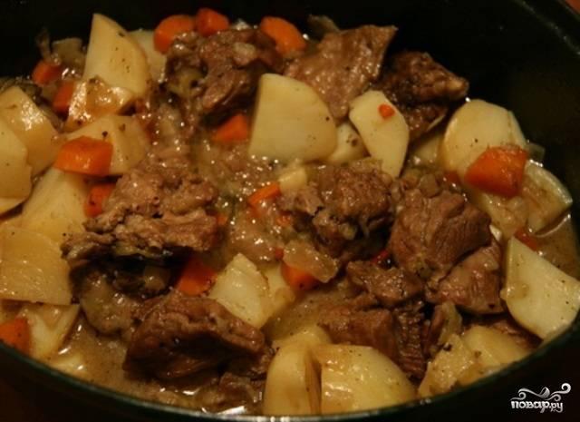 Картошка, тушенная с мясом и грибами