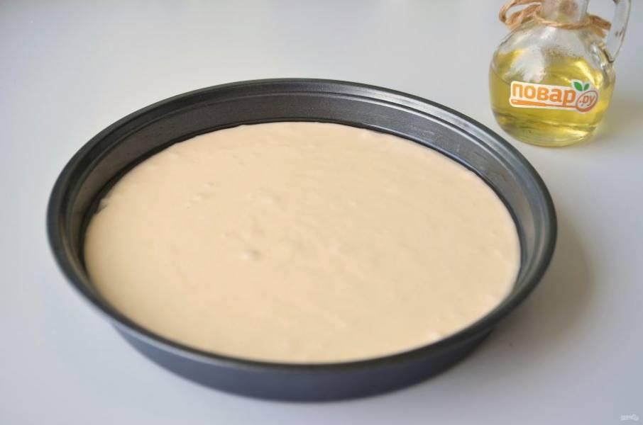 7. Смажьте форму маслом, перелейте тесто и поставьте в горячую духовку на 40 минут, температура 190-200 градусов. Время может быть уменьшено или увеличено в зависимости от особенностей вашей духовки, поглядывайте, проверяйте на готовность лучиной.