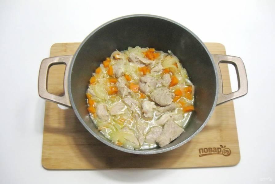 Налейте в кастрюлю воду, посолите по вкусу. Тушите свинину, накрыв крышкой на среднем огне почти до готовности.