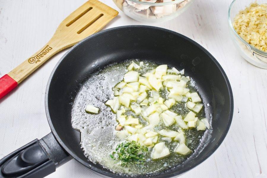 На сковороде растопите сливочное масло. Пассеруйте лук до мягкости, добавьте розмарин.