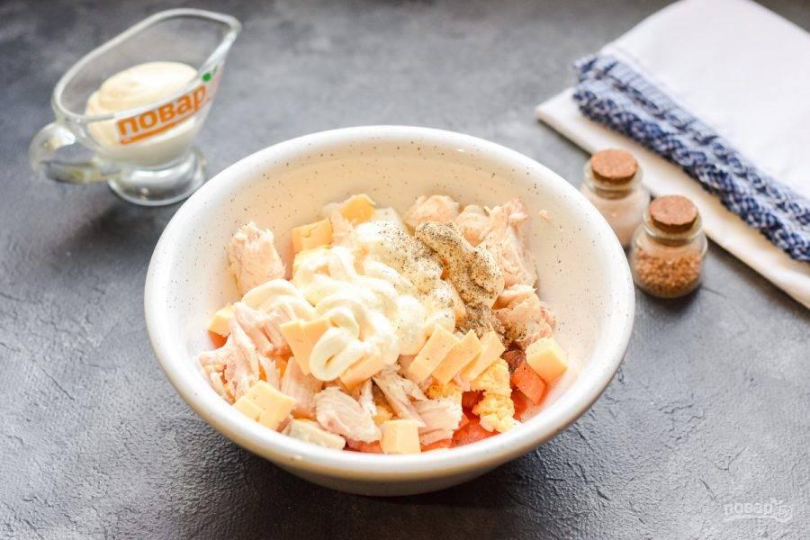 Заправьте салат майонезом, добавьте соль и перец по вкусу, перемешайте все и подавайте к столу.