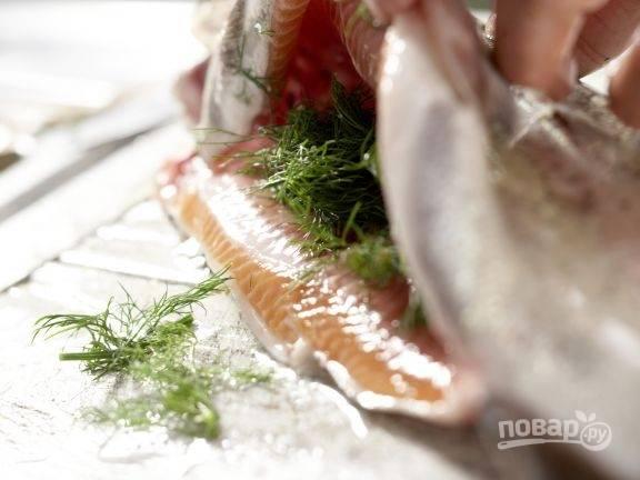 7.Вымойте рыбку, внутрь положите оставшийся укроп.