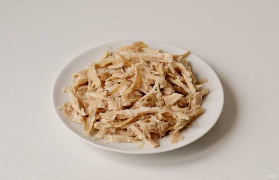 Разорвите соевое мясо на мелкие кусочки. Добавьте растительное масло, перемешайте.