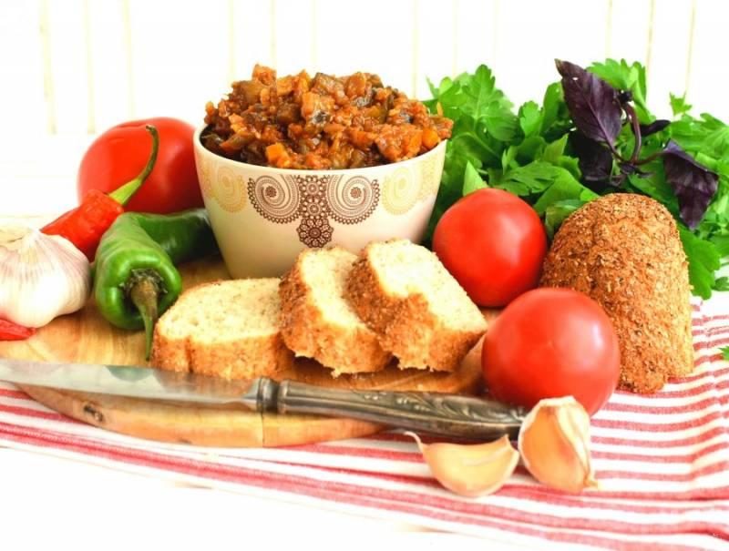 Охладите икру без крышки, несколько раз перемешав. Подавайте икру настоявшейся, со свежим хлебом. Приятного аппетита!