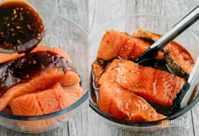 Переместите рыбу в соус и оставьте мариноваться на 20 минут. Духовку разогрейте до 200 градусов.