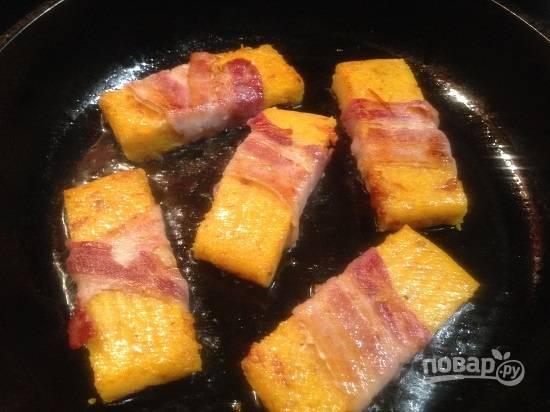 9. Обжариваем до красивого румяного цвета бекона на сковороде с небольшим количеством растительного масла.