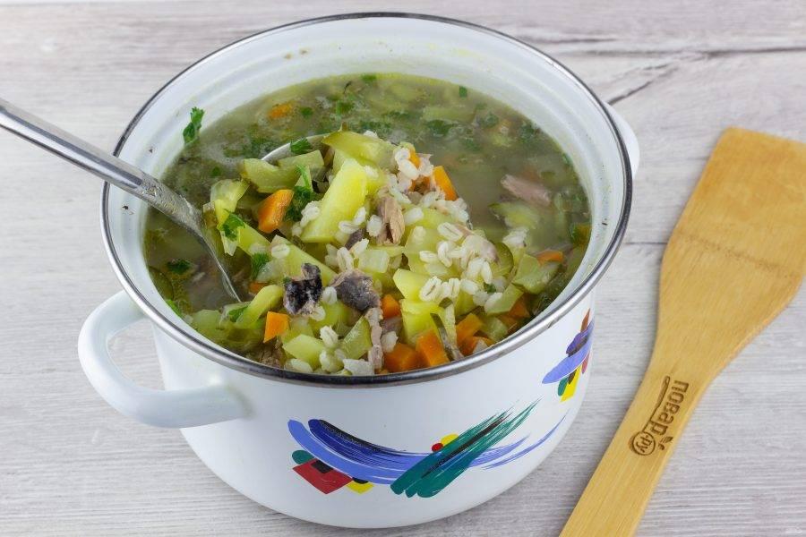 Через 10 минут после добавления крупы, отправьте в суп картофель. Варите ещё 7-10 минут. В последнюю очередь добавьте тунец и полстакана рассола! Посолите суп по вкусу и прокипятите пару минут. По желанию, за минуту до готовности добавьте рубленую зелень - укроп или петрушку.