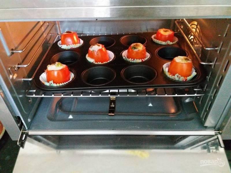 4. Посыпьте сверху тертым сыром запеченные помидоры и поставьте их в духовку, пока сыр не расплавится.