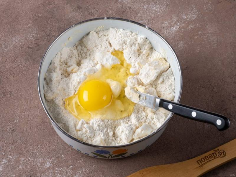 Добавьте в тесто яйцо и продолжайте рубить. Соду погасите уксусом и добавьте в массу. Немного порубите.