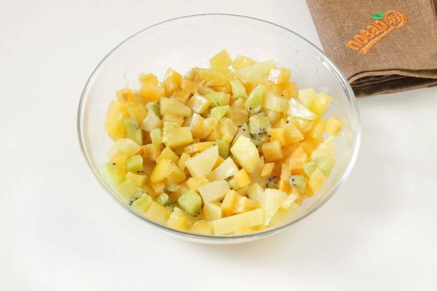 Добавьте горчицу и перемешайте. Горчица придаст начинке пикантность и тонкий аромат.