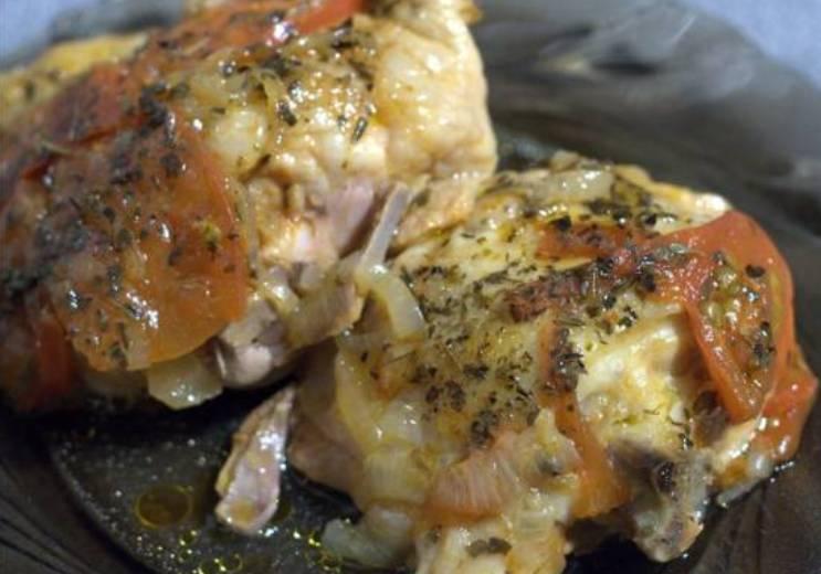 Куриные бедрышки подаются к столу горячими. Не лишним будет заранее позаботится о каком-то гарнире. Приятного аппетита!