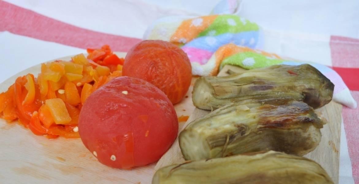 5. Даем овощам немного остыть, затем снимаем с них кожицу.