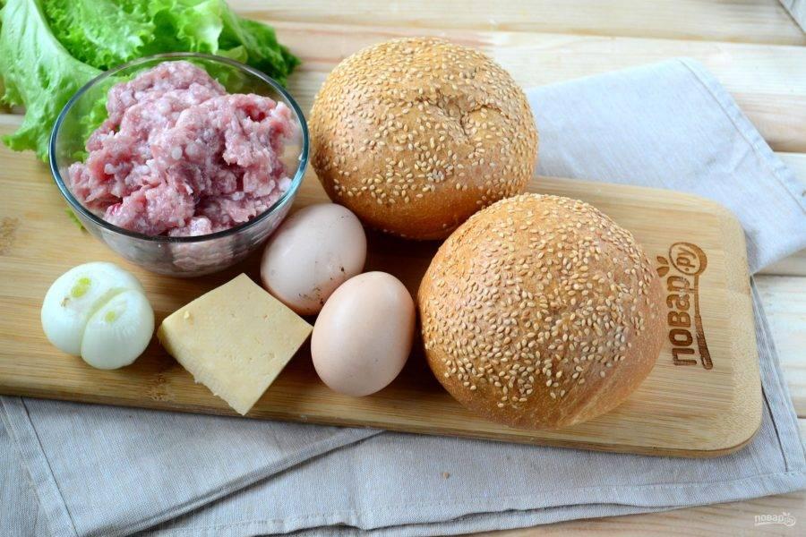 Подготовьте все необходимые ингредиенты. Фарш посолите и поперчите, можно добавить другие специи, немного чеснока и измельченного лука.