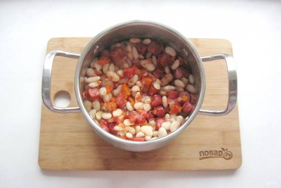 Перемешайте фасоль с овощами и колбасками. Если нужно посолите еще.