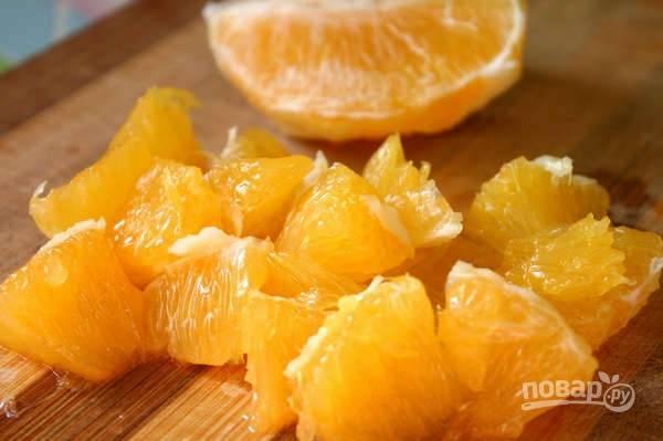 4. Очистите апельсин, нарежьте небольшими кусочками, аккуратно очистив от пленок и перегородочек.
