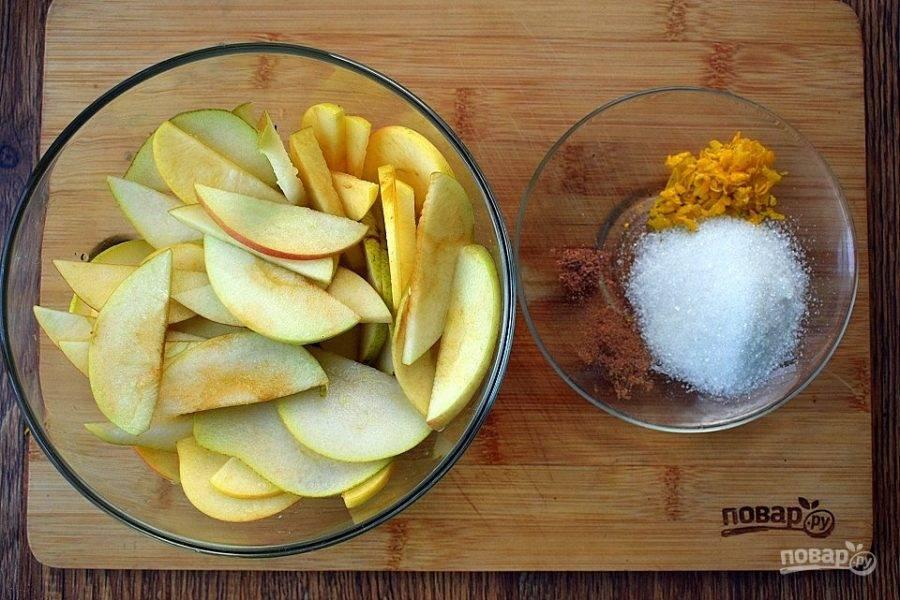 Яблоки и груши нарежьте тонкими ломтиками, полейте лимонным соком.