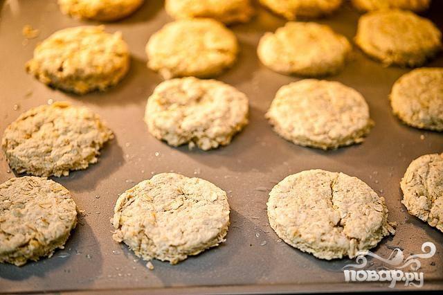 7. Выпекать печенье в духовке при 175 градусах до золотистого цвета. Проверьте печенье по истечении 8 минут выпечки.