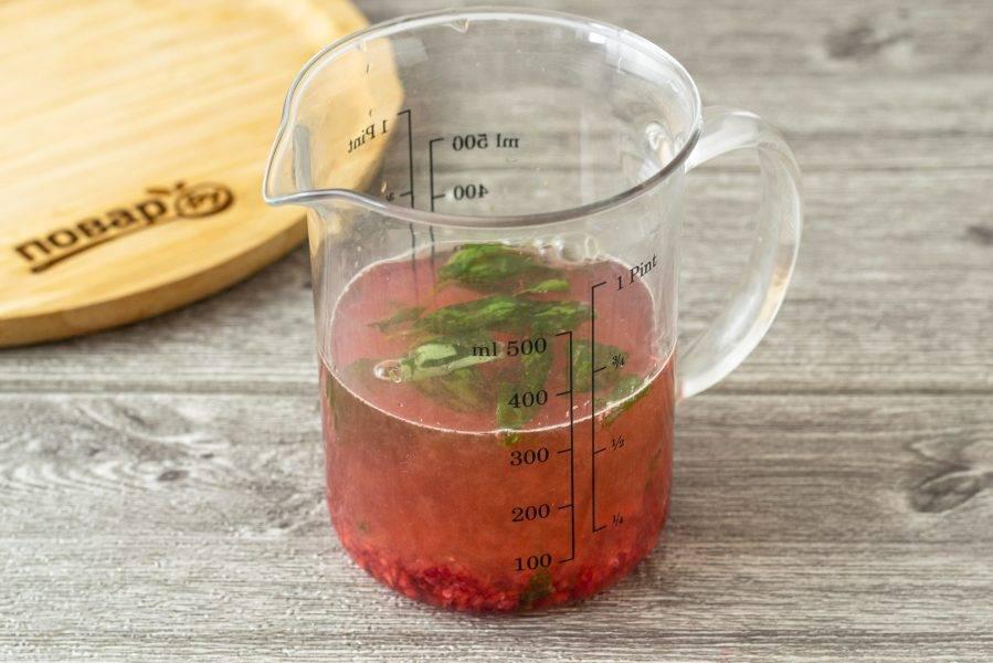 Смешайте лимонный сок, малиновое пюре, базилик и воду.