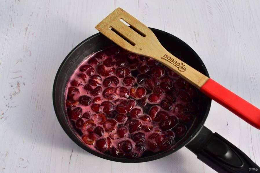 Готовьте на среднем огне до полного растворения сахара, периодически помешивая лопаткой. Уменьшите огонь, готовьте еще 10-15 минут. При необходимости снимите пену.