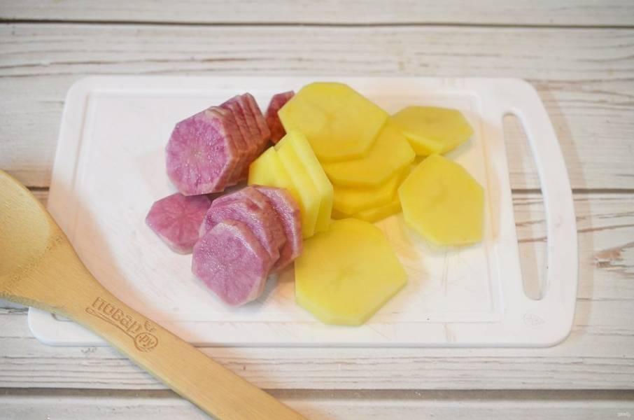 2. Картофель почистите и нарежьте кружками. У меня обычный и розовый картофель.