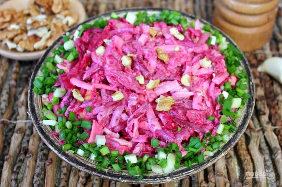 Салат со свеклой и сыром готов. Приятного аппетита!