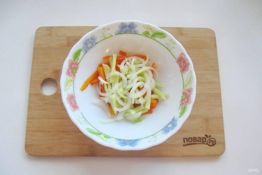 Репчатый лук очистите, помойте и тонко нарежьте. Если лук очень горький, то есть смысл обдать его кипятком. Добавьте в салат.