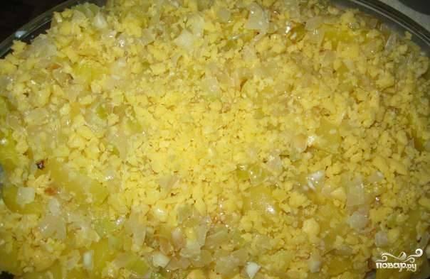 Залейте полученной смесью овощи в формочке для запекания. Любой твердый сыр на  ваш вкус натрите на крупной терке. Посыпьте им овощи, равномерно распределяя продукт по поверхности. Разогрейте духовку до ста восьмидесяти градусов. Выпекайте в ней блюдо до полной готовности сорок пять минут.