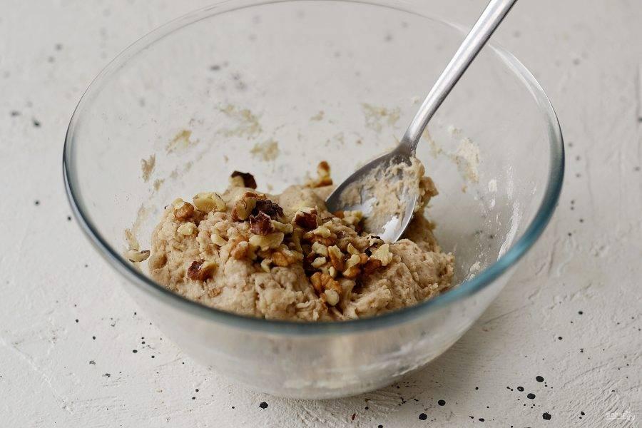 Добавьте мелко порубленные грецкие орехи, перемешайте.