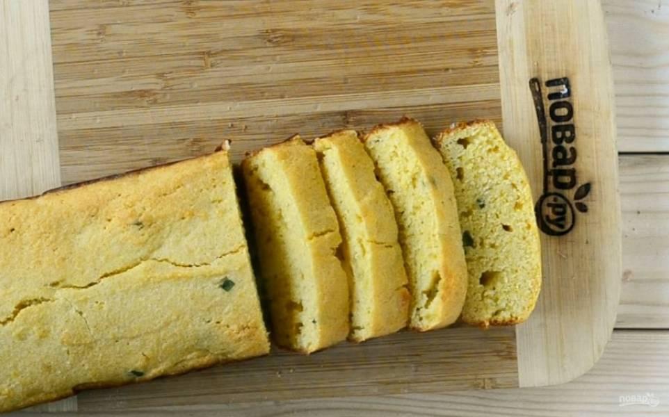 Готовому кукурузному хлебу дайте немного остыть, а тем временем подготовьте масло.