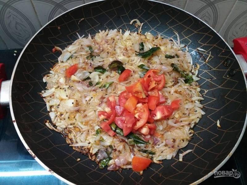 5. Добавьте в сковороду измельченные помидоры и протушите их в течение 5 минут.
