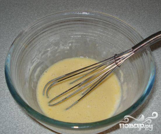 2.Смешать 3 ст.л. молока, муку и сахар, добавить желтки и оставшееся молоко и смешать веничком.
