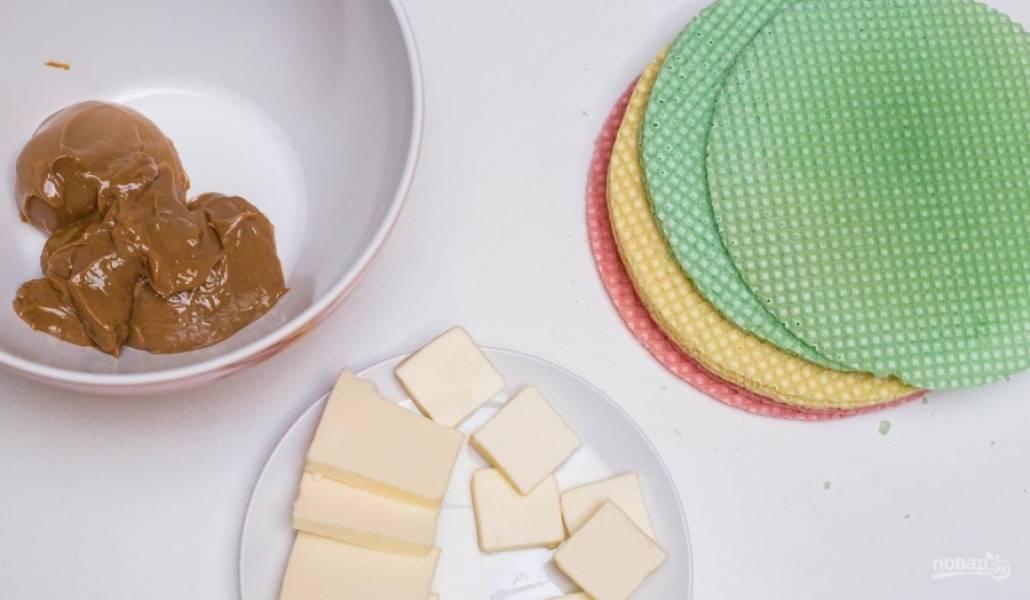 Достаньте масло, чтобы оно стало мягким. Я использую готовый карамельный крем, но вполне можно взять обычную сгущенку и сварить ее (около 2 часов). Или, что еще проще, купить готовую вареную.
