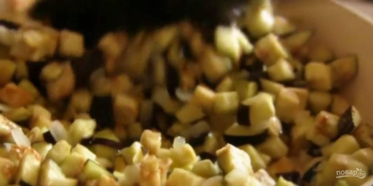 2. Тем временем промойте холодной водой баклажаны. Добавьте их к луку, перемешайте и обжарьте еще в течение 5-7 минут, периодически помешивая.