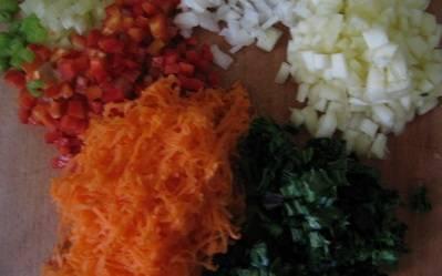 Все овощи (в том числе мякоть патиссона без семян) тщательно промойте и мелко порежьте, морковь натрите на терке.
