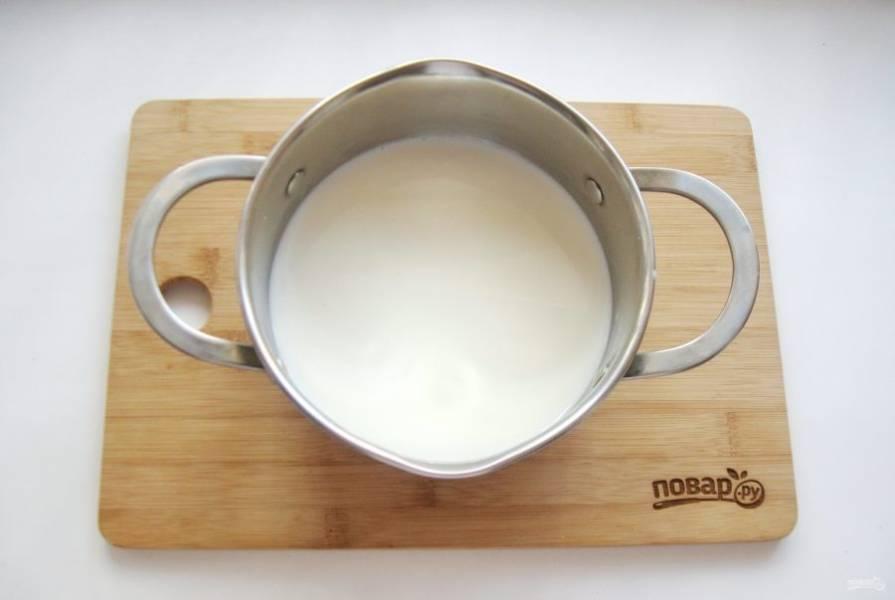 Сварите заварной крем. В кастрюлю налейте молоко и поставьте на плиту.