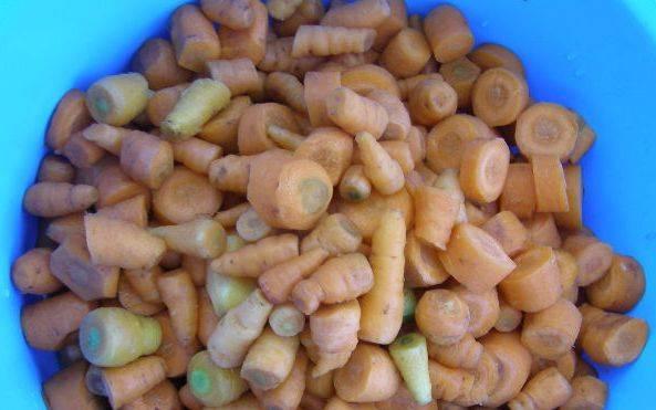 Морковь  нарежьте небольшими.  У острого перца удалите семечки, его тоже нарежьте.  Все овощи пропустите через мясорубку или измельчите с помощью блендера, чтобы в итоге у вас получилась однородная масса.