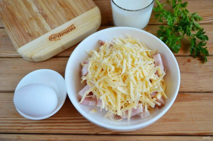 Добавьте тертый сыр. Перемешайте начинку.