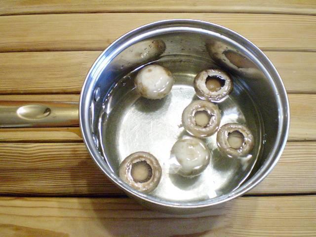 5. Шляпки грибов отварите в соленой воде 5-6 минут.