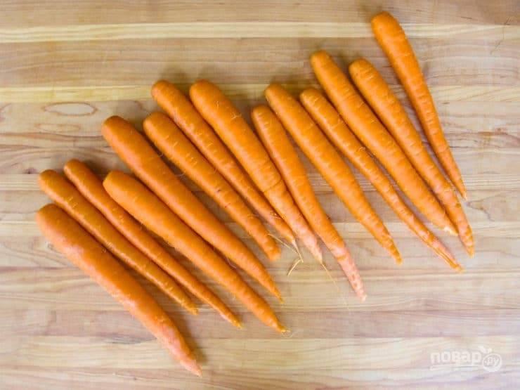 1. Морковь помойте и почистите.