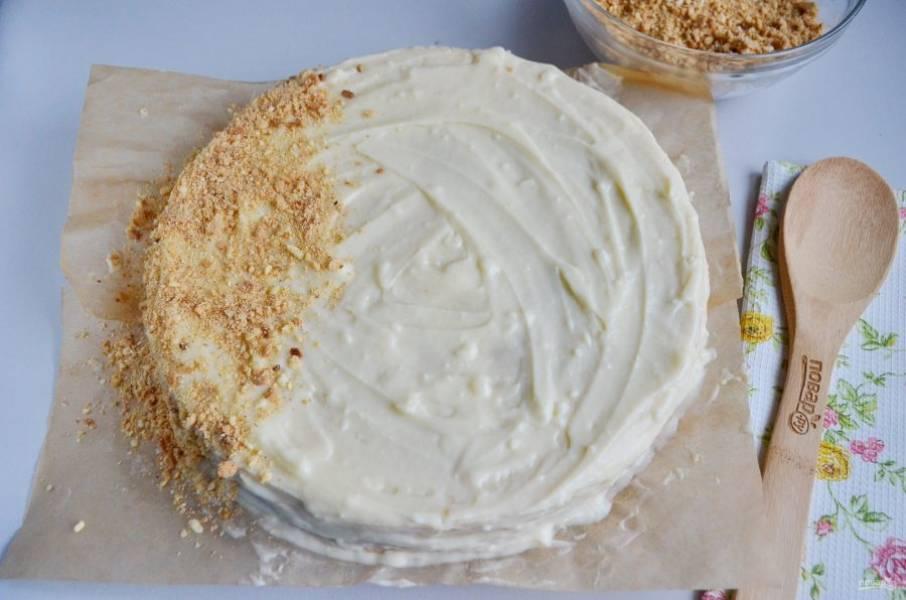 Через 10 часов смажьте бока тортика кремом, обновите верх, смажьте его еще раз. И обсыпьте крошками бока, потом верх.
