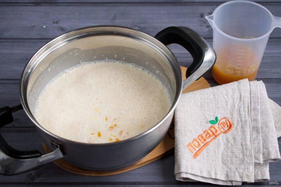 Желатин (10 г) замочите в 50 мл мандаринового сока на 10 минут. В кастрюльке соедините сливки, сок мандарина (100 мл) , сахар (30 г), ванилин и творожный сыр. Доведите до кипения, снимите с огня. Добавьте набухший желатин, тщательно перемешайте венчиком.