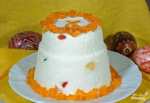 Готовое блюдо переверните на тарелку. Украсьте нарезанным мармеладом и цукатами.